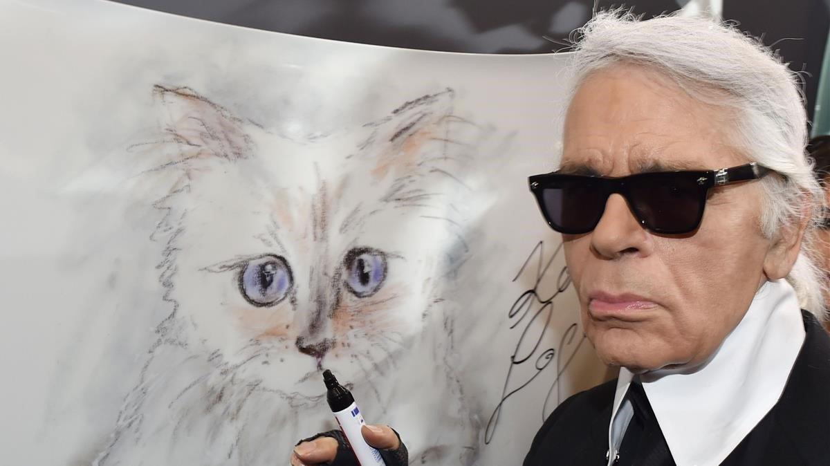 Karld Lagerlfed, con su dibujo de Choupette.
