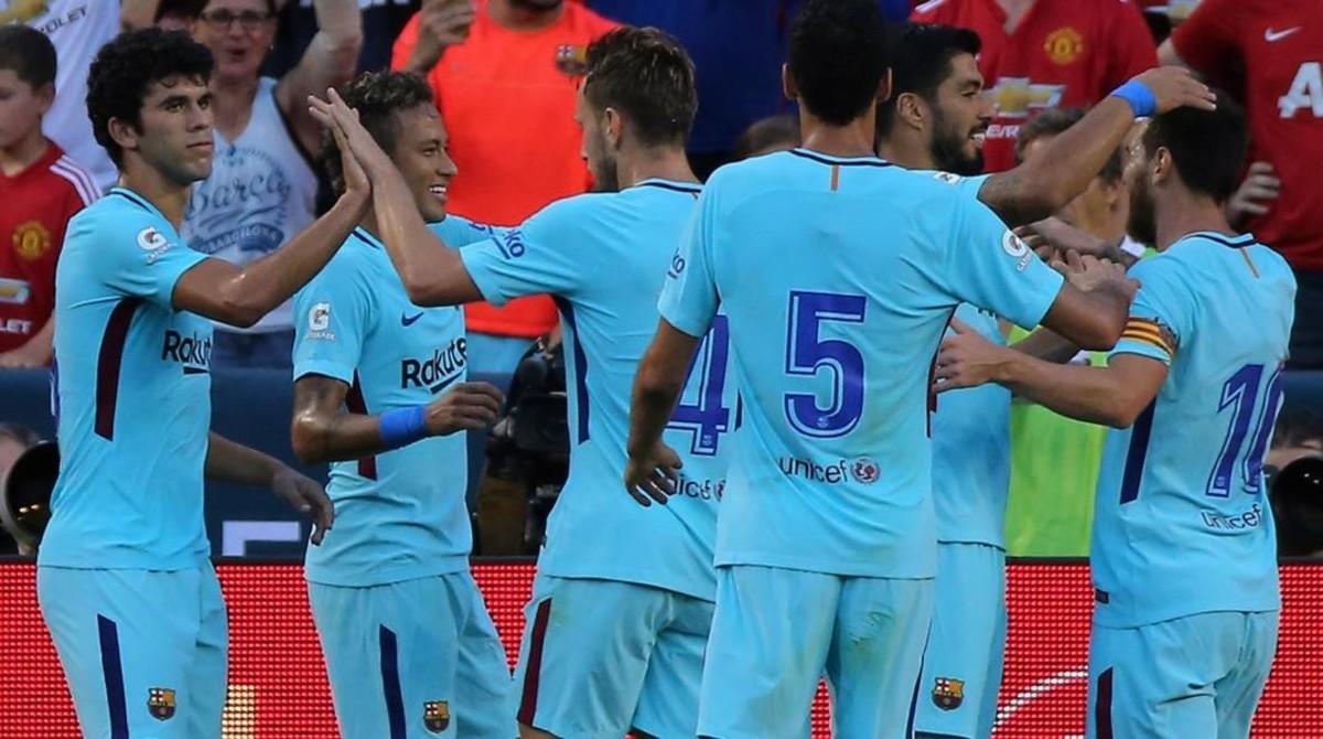Los jugadores del Barça se felicitan tras el gol de Neymar con el que batieron al United en Washington.