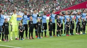 Los jugadores de Uuguay durante la ceremonia de los himnos previa al debut ante México