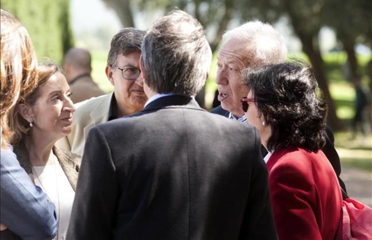 Los ministros Ana Pastor y José Manuel García-Margallo conversan con Artur Mas, de espaldas, en el almuerzo con empresarios en Fonteta (Girona).