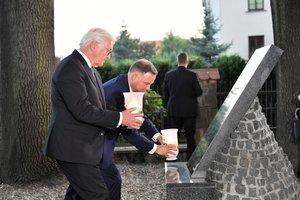 Los presidentes de Alemania y Polonia, Steinmeier (izquierda) y Duda, depositan velas en la ceremonia de conmemoración del inicio de la segunda guerra mundial, este domingo en Westerplatte.