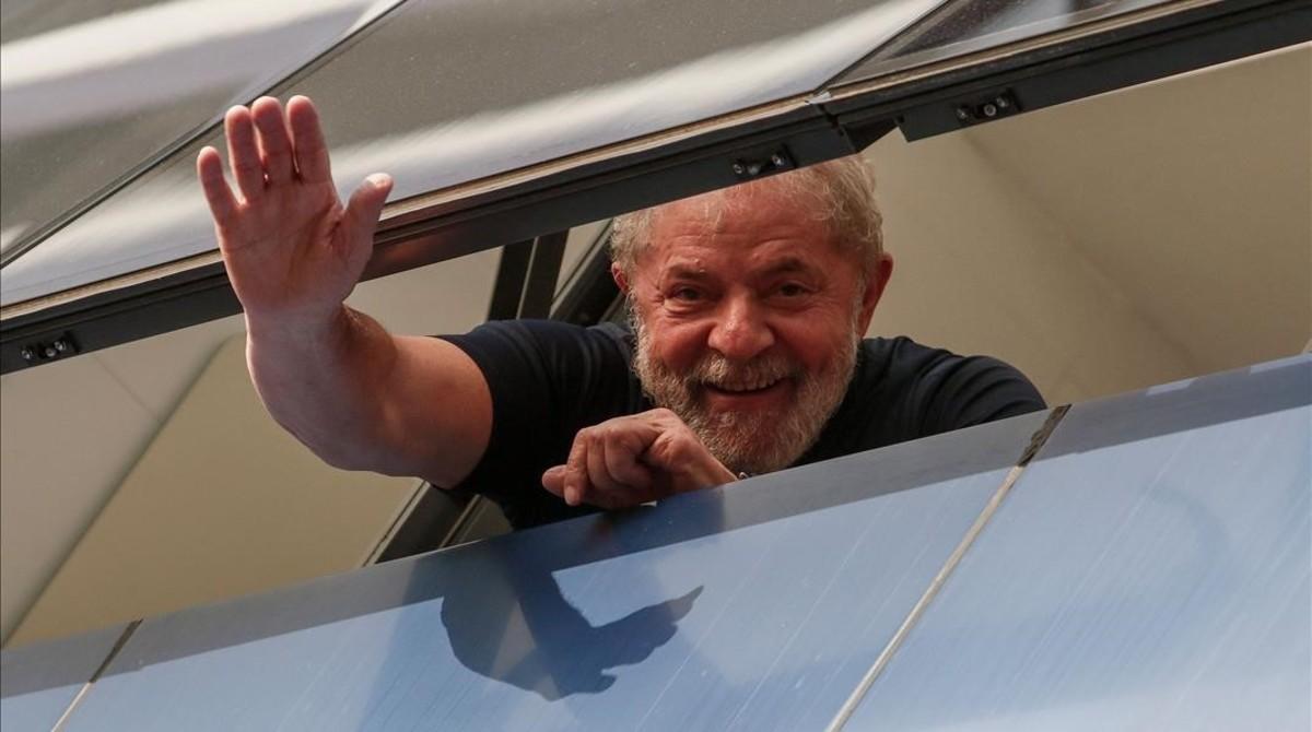 Lula saluda a unos simpatizantes desde un edificio sindical en Sao Paulo, el pasado abril.