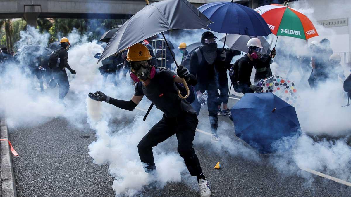 Manifestantes en Hong Kong salen a las calles a pesar de la prohibición del gobierno.