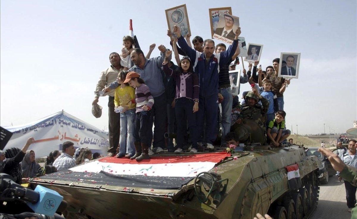Manifestantes protestan contra el régimen sirio en 2011 en la ciudad de Deraa, la cuna de la revolución.