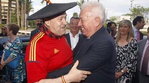 Manolo el del bombo se abraza al ministro Margallo.