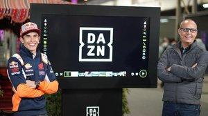 Marc Márquez, heptacampeón del mundo de motociclismo y embajador de DAZN, y Ernest Riveras, presentador de la nueva TV del Mundial, en la retransmisión de ayer desde Doha (Catar).