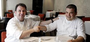 Martín Berasategui (izquierda) da la alternativa a Antonio Sáez, en el comedor del Lasarte, en el Hotel Condes de Barcelona. GUILLERMO MOLINER