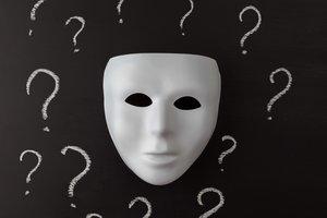 Máscara con interrogantes