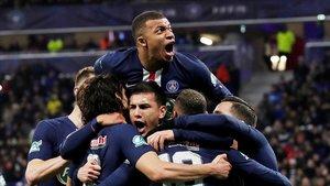 Mbappé celebra junto a sus compañeros un gol marcado por Neymar de penalti.