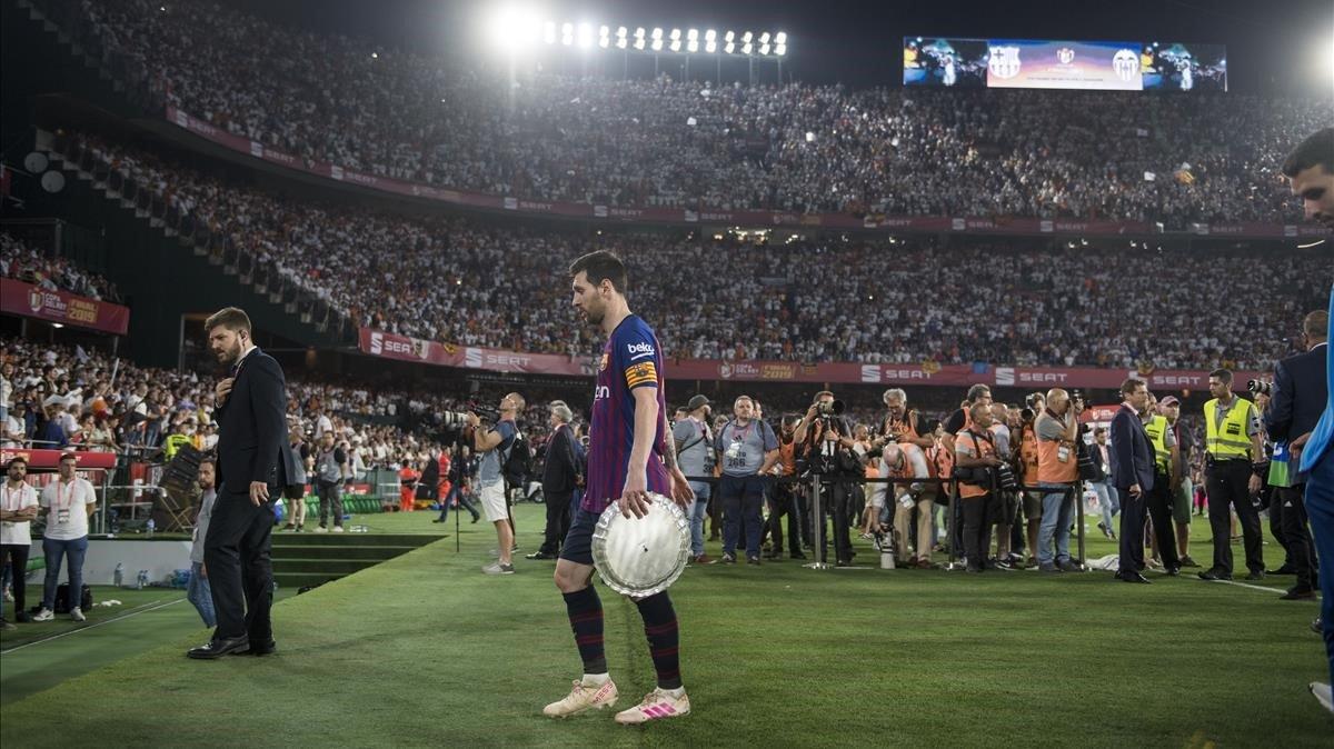 Messi abandona el Benito Villamarín con el trofeo de subcampeón de Copa.