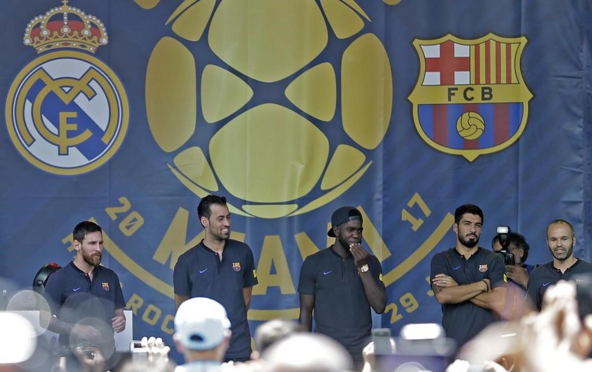 Messi, Busquets, Umtiti, Suárez e Iniesta saludan a los aficionados en la Casa Clásico del parque Bayside.