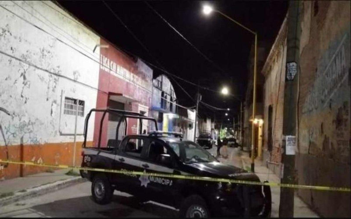 La policía resguarda la zona del ataque a un bar en la ciudad de Salamanca, México.