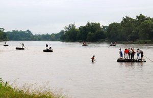 Inmigrantes centroamericanos cruzan en río Suchiate en la frontera de Guatemala con México.