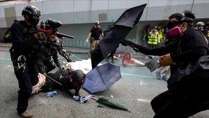 Miembros de las fuerzas de seguridad cargan contra manifestantes en Hong Kong.