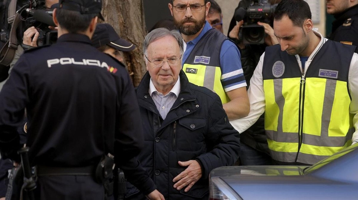 Miguel Bernard, presidente del sindicato Manos Limpias,sale de la sede acompañado de la policía.