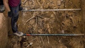 Arqueólogas trabajando en una fosa en el cementerio de Paterna, Valencia