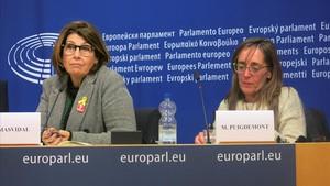 Montserrat Puigdemont, hermana del expresident (derecha) y Laura Masdival, la esposa del exconseller Joaquim Forn, este lunes, en el Parlamento Europeo.