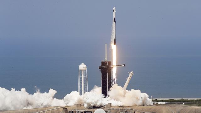 La nave espacial 'Crew Dragon' de Space X durante el lanzamiento.