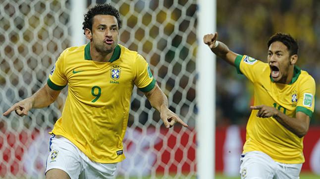 Neymar corre a felicitar a Fred por su gol