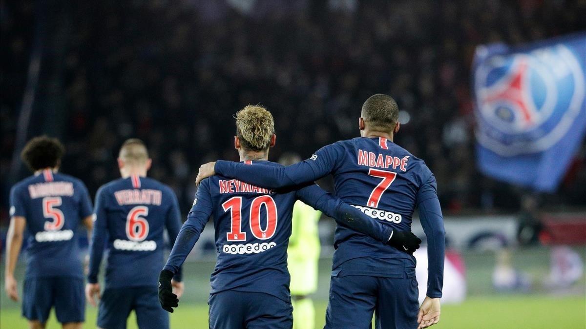 Neymar y Mbappe después del gol que marcó el exdelantero del Monaco al Lille en París.