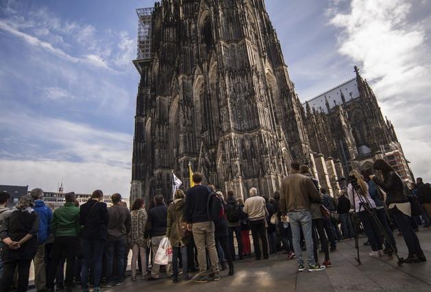 Numerosas personas frente a la catedral de Colonia durante el funeral en memoria de las víctimas de Germanwings.