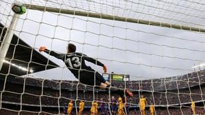 Oblak no puede llegar al soberbio tiro de falta lanzado por Messi en el Camp Nou.
