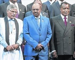 Omar al Bashir (en el centro), en la foto con los líderes africanos en la cumbre de la UA, en Johannesburgo.