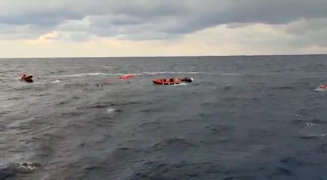 Open Arms intenta salvar a un centenar de náufragos en el Mediterráneo el 11 de noviembre de 2020.
