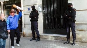 Operación policial antiyihadista en la calle Marina de Barcelona.