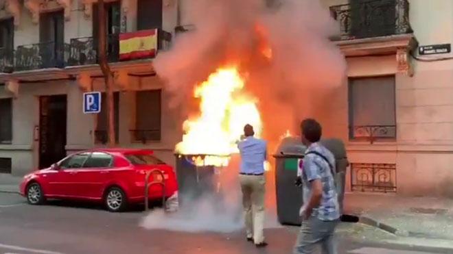 Ortega Smith apaga un fuego en unos contenedores junto a la sede de Vox en Madrid
