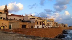Panorámica de la ciudad enmurallada de Alguer, en el noroeste de la isla de Cerdeña (Italia).