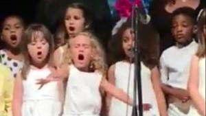 La pequeña Sophia Urquijo, de 4 años, cantando a pleno pulmón How far Ill go, de la pel·lícula Vaiana.