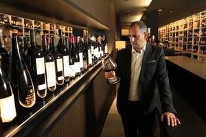Sebastià Lozano, en Tribut, el espacio de El Petit Celler donde catar a copas 250 grandes vinos.