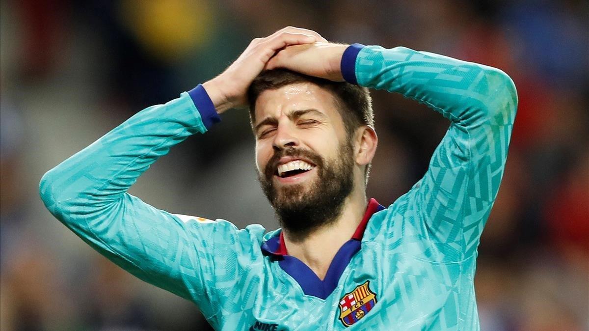 Piqué se lamenta de que el árbitro no pitara penalti.