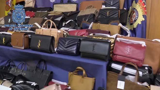 La Policía recupera 243 bolsos de Yves Saint Laurent robados en una tienda de la Milla de Oro de Madrid.