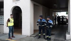 Policías frente al edificio incendiado en Pau.