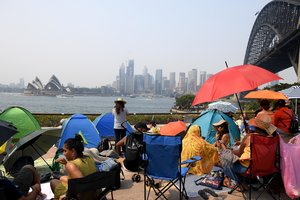 Sydney (Australia), 31/12/2019.- People claim early harbourside positions at Kirribilli ahead of the New Year's Eve fireworks display in Sydney, Australia, 31 December 2019. (Incendio) EFE/EPA/MICK TSIKAS AUSTRALIA AND NEW ZEALAND OUT