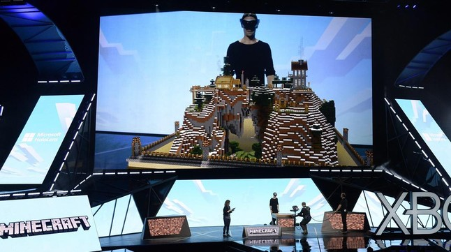 Presentació del nou casc de realitat virtual HoloLens, de Microsoft, a la fira E3 de Los Angeles.