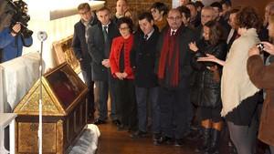 El presidente de Aragón, Javier Lambán,el lunes,junto a la consejera de culturaMayte Pérezy el alcalde de Villanueva,Ildefonso Salillas, en el Monasterio de Sijena, ante las piezas llegadas del Museu de Lleida.