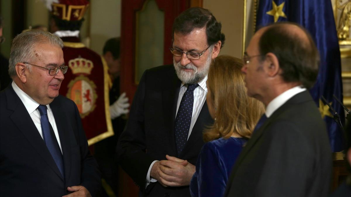 El presidente Mariano Rajoy conversa con Juan José Gonzélez Rivas, presidente del Tribunal Constitucional.