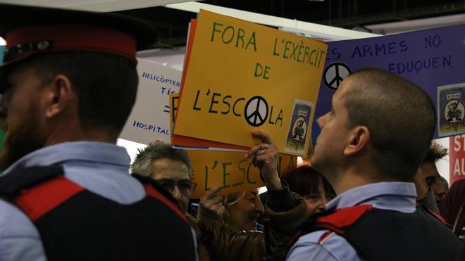 Protesta de Desmilitaritzem lEducació frente al estand del Ejército en el Saló de lEnsenyament.