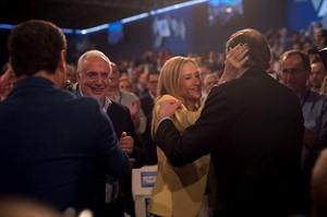 Rajoy saluda a Cifuentes en la convención del PP.