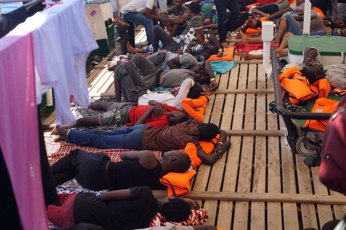 Refugiados a bordo del 'Open Arms', a la espera de puerto seguro.