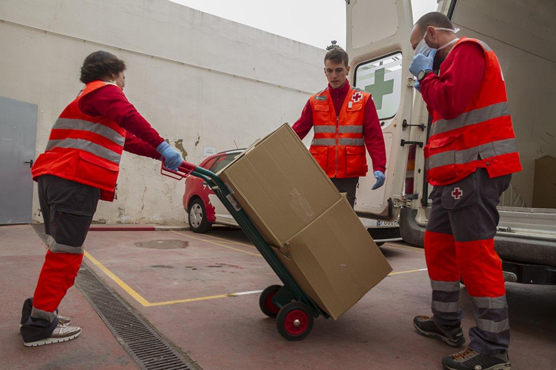 Lidl repartirá alimentos a personas mayores que vivan solas a través de Cruz Roja.