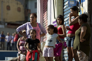 Residents en un carrer on durant la matinada del dissabte a diumenge han mort 10 persones a Osasco.