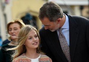 El Rey habla con su hija Leonor, este jueves, en Oviedo.