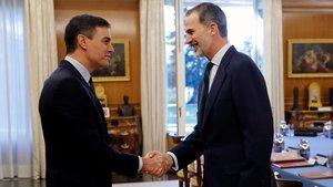 El Rey saluda al presidente del Gobierno, Pedro Sánchez.