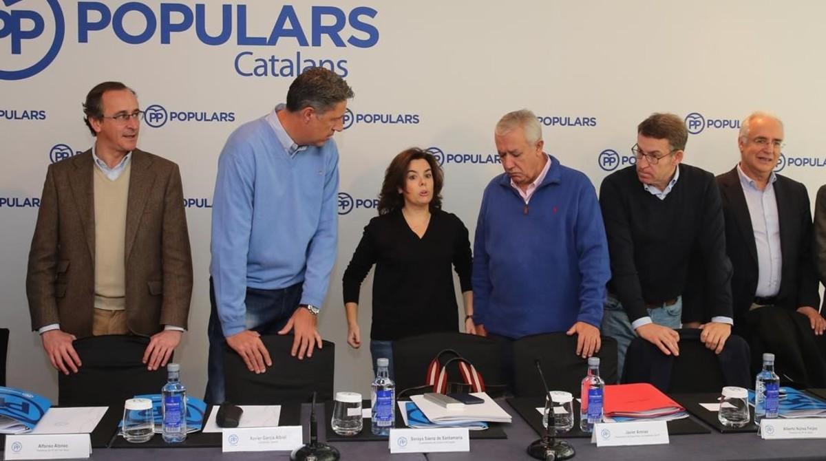 Los miembros de la ponencia territorial del PP con la vicepresidenta Soraya Sáenz de Santamaría, en un acto en Barcelona, el 12 de diciembre.
