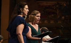 Chantal Santon (Doris)y Eugénie Lefebvre (Issé),durante la interpretacion en versión de concierto de la obra Issé,de André-Cardinal Destouches,presentada durante el Festival Radio France en Montpellier.