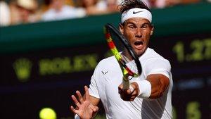 Nadal conecta un golpe en la semifinal ante Federer.